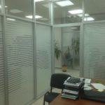 Офисная перегородка стекло с матовой полсокой