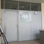 Офисная перегородка заполнение ЛДСП и стекло