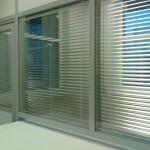 Офисная перегородка с жалюзи стекло