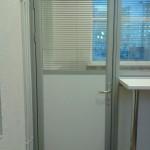 Дверь в офисную перегородку с жалюзи