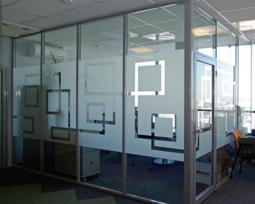 Стеклянная перегородка для офиса с рисунком