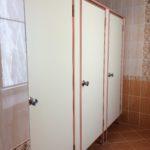 Туалетные кабины в белом розовом профиле